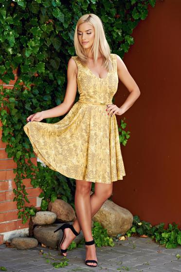 StarShinerS cloche yellow sleeveless dress accessorized with belt