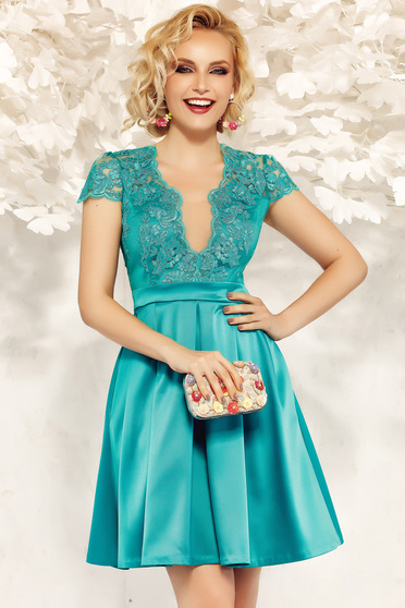 Occasional Fofy green cloche dress with a cleavage