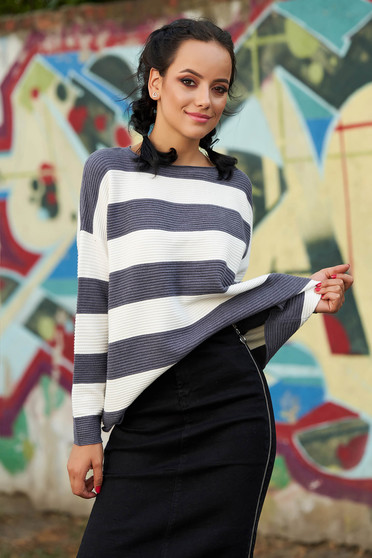 Casual knitted easy cut grey sweater