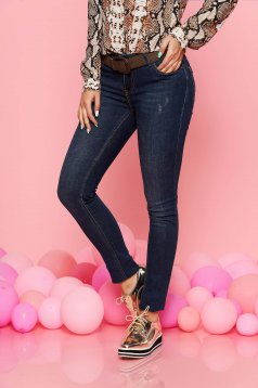 Blue skinny jeans with medium waist cotton accessorized with belt