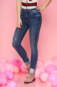 Blue jeans casual with medium waist slightly elastic fabric with pockets