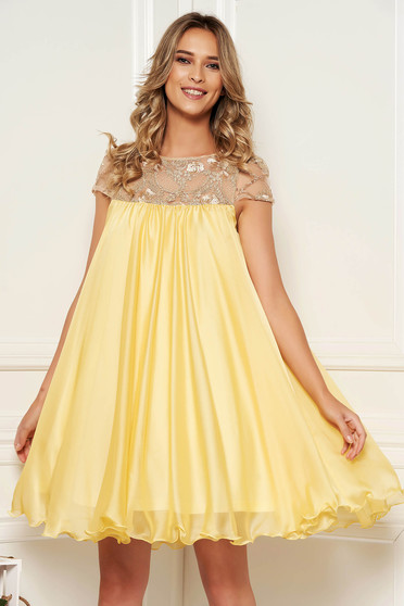 Artista yellow occasional dress with easy cut with embroidery details from veil with inside lining