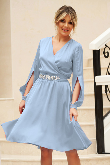 StarShinerS blue dress from veil fabric with cut-out sleeves with v-neckline accessorized with tied waistband elegant cloche