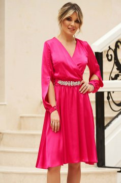 StarShinerS fuchsia dress from veil fabric with cut-out sleeves with v-neckline accessorized with tied waistband elegant cloche