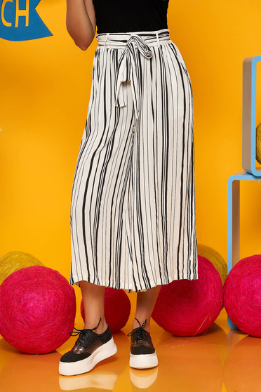 White trousers casual wwith medium waist accessorized with tied waistband flared with stripes