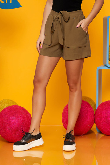 Green short high waisted with front pockets accessorized with tied waistband casual