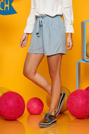 Lightblue casual high waisted short airy fabric accessorized with tied waistband