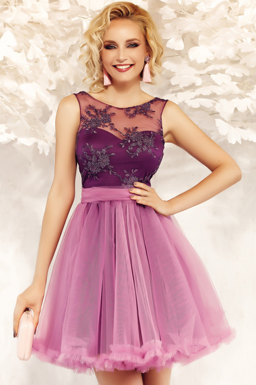 Fofy purple occasional cloche dress from laced and tulle accessorized with tied waistband