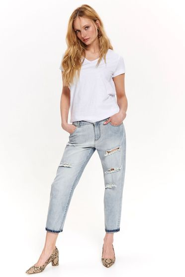 White t-shirt with v-neckline with easy cut basic cotton