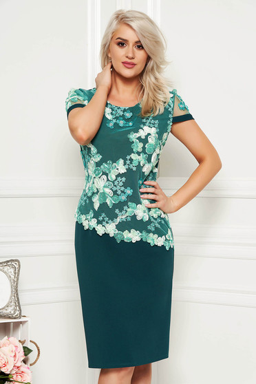Lightgreen elegant dress with tented cut and short sleeve thin fabric and lace overlay