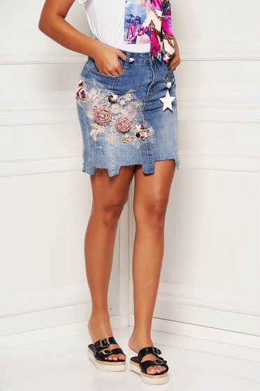 Blue skirt casual denim with floral print with an accessory straight