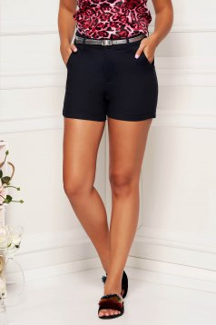 Darkblue short wwith medium waist thin fabric with pockets accessorized with belt