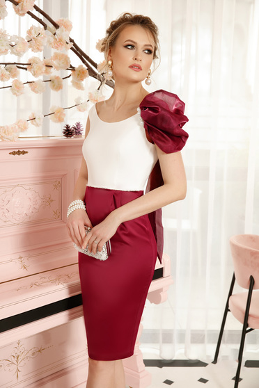 Burgundy elegant dress with frontal slit with an accessory from satin fabric