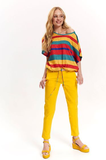 Yellow trousers with front pockets wwith medium waist accessorized with belt