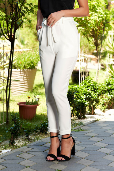 Long casual white trousers with front pockets accessorized with tied waistband