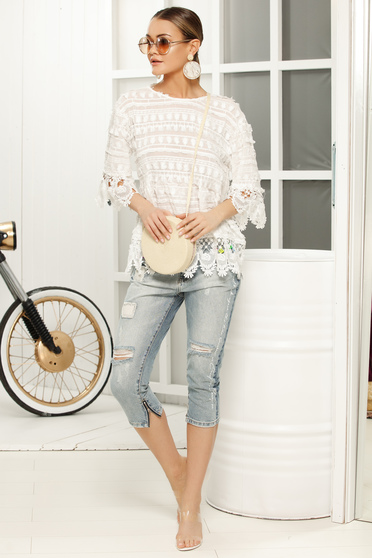 Casual flared white t-shirt laced with 3/4 sleeves
