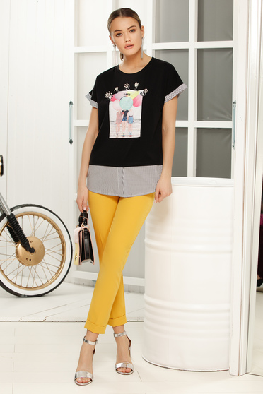 Casual flared neckline black t-shirt with graphic details