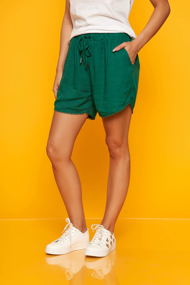 Green short casual high waisted with elastic waist with front pockets