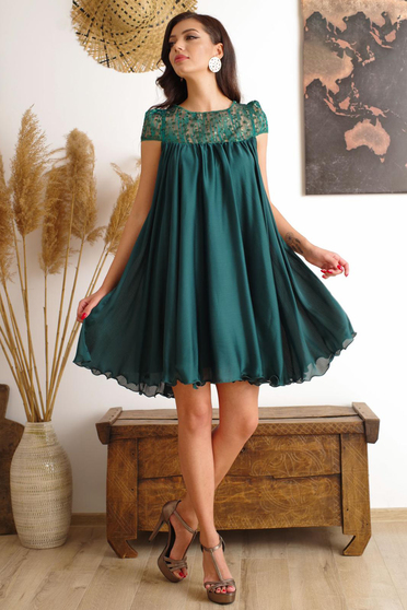 Dirty green occasional dress with easy cut with embroidery details from veil with inside lining