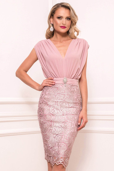 Lightpink dress occasional midi sleeveless accessorized with breastpin with inside lining