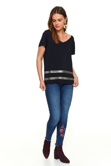 Darkblue casual short cut t-shirt with v-neckline and short sleeves