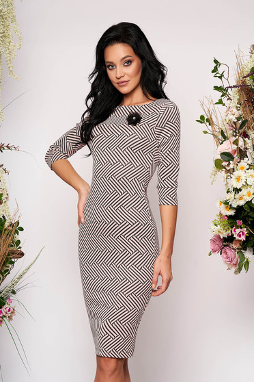 StarShinerS lightpink dress elegant midi pencil with graphic details accessorized with breastpin with 3/4 sleeves with rounded cleavage