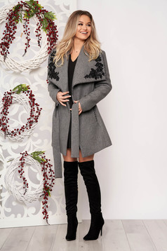 Grey casual cloth coat from thick fabric straight cut accessorized with tied waistband handmade applications