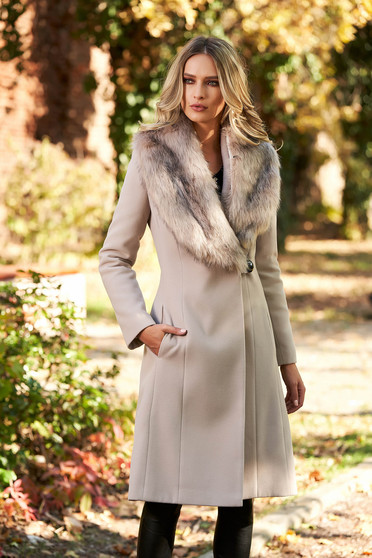 Cream elegant coat with inside lining fur collar