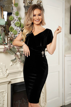 StarShinerS black dress flower shaped accessory with flower shaped brestpin accessorized with breastpin naked shoulders from velvet frilly trim around cleavage line occasional pencil