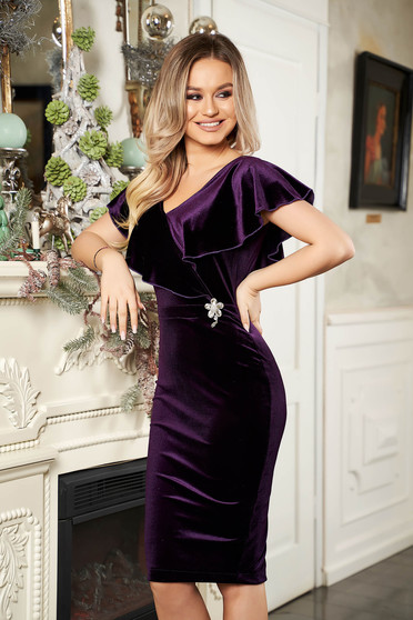 StarShinerS purple dress flower shaped accessory with flower shaped brestpin accessorized with breastpin naked shoulders from velvet frilly trim around cleavage line occasional pencil