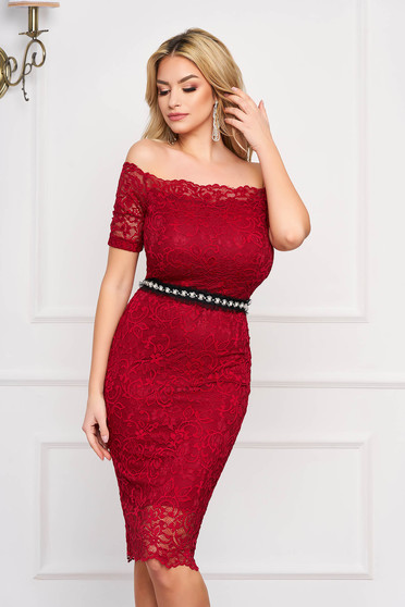 StarShinerS burgundy occasional midi dress with tented cut from laced fabric with inside lining accessorized with tied waistband