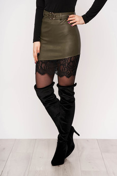 Khaki skirt clubbing with lace details accessorized with belt arched cut
