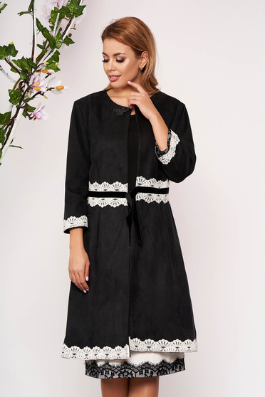 Black trenchcoat elegant with straight cut with embroidery details from velour without clothing with 3/4 sleeves