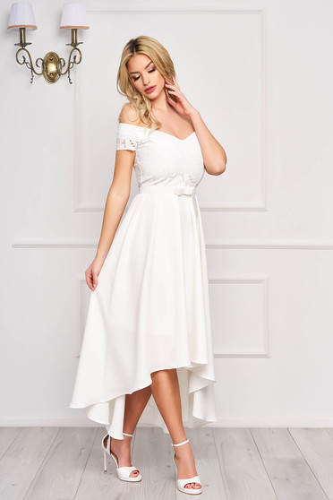 Occasional asymmetrical cloche with a cleavage with bow