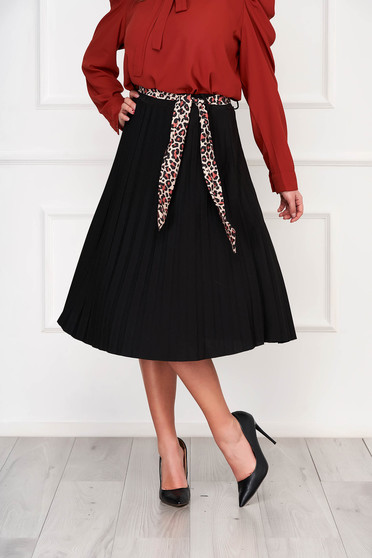 Black skirt cloche midi casual accessorized with belt pleats of material