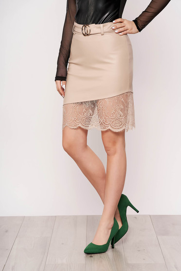 Cream skirt clubbing with lace details accessorized with belt arched cut