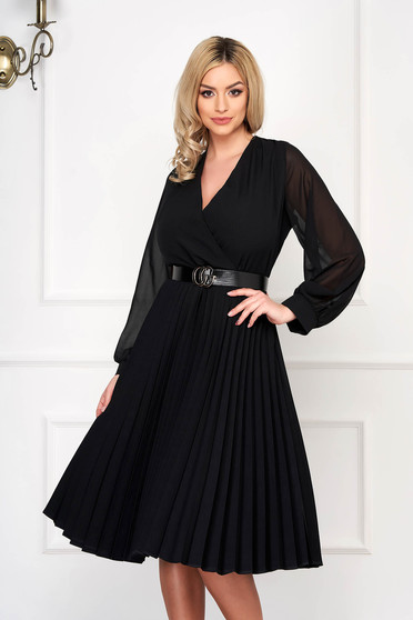 Black dress cloche midi pleats of material with veil sleeves with v-neckline